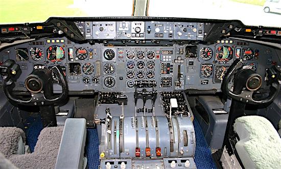DC-10_flight_deck